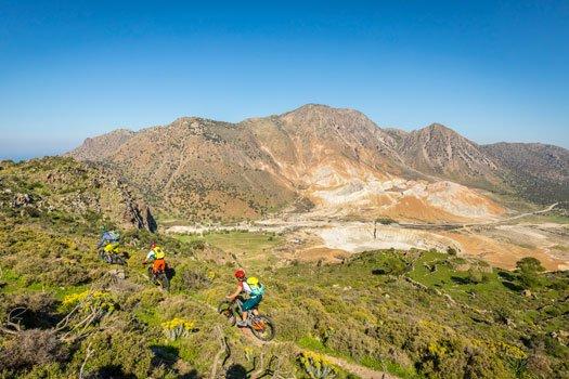 Mountainbiker auf Nisyros mit Blick auf Stefanos Krater